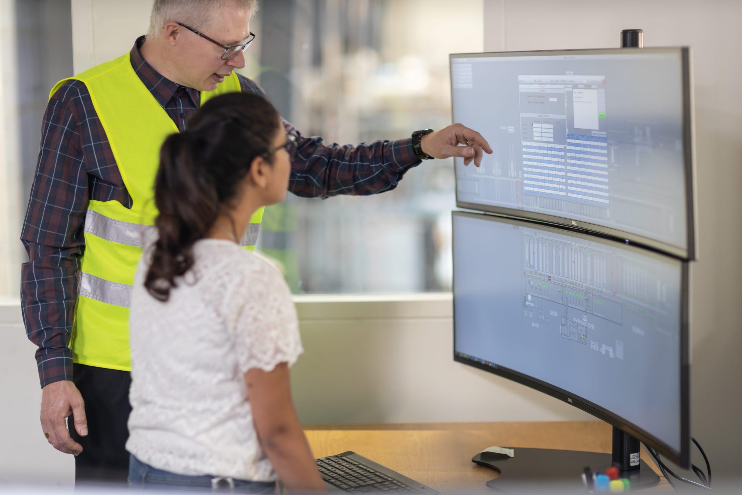 Über Simatic WinCC haben die Mitarbeiter Zugriff sowohl auf alle Chargen- und Instandhaltungsdaten und können etwa Instandhaltungsaufträge nach Priorität vergeben. (Bild: Siemens AG)