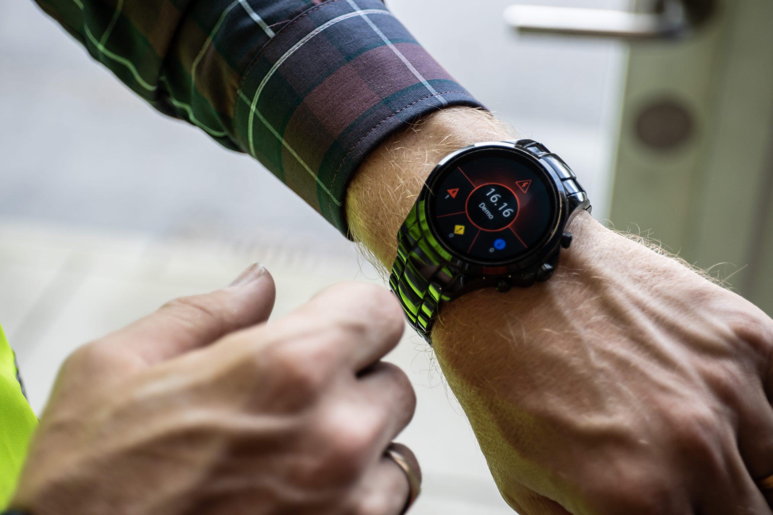 Über Simatic Notifier können Meldungen aus dem Scada-System an Smart Devices wie eine Smartwatch übertragen werden. (Bild: Siemens AG)