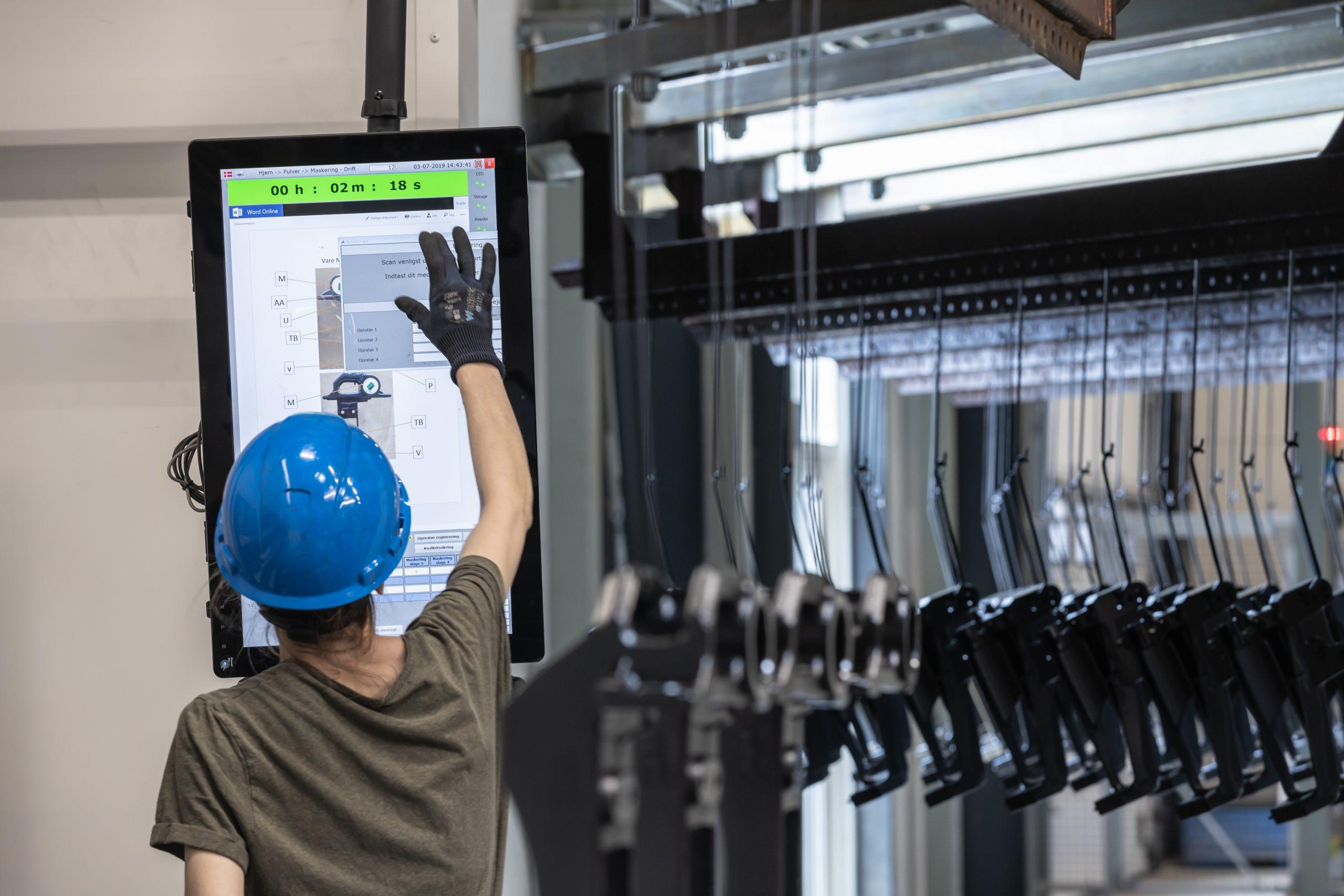 Mitarbeiter in der Produktion können sich mit ihrer ID-Karte ein- und ausloggen und zum Beispiel direkt eine Wartungsanforderung auslösen. (Bild: Siemens AG)