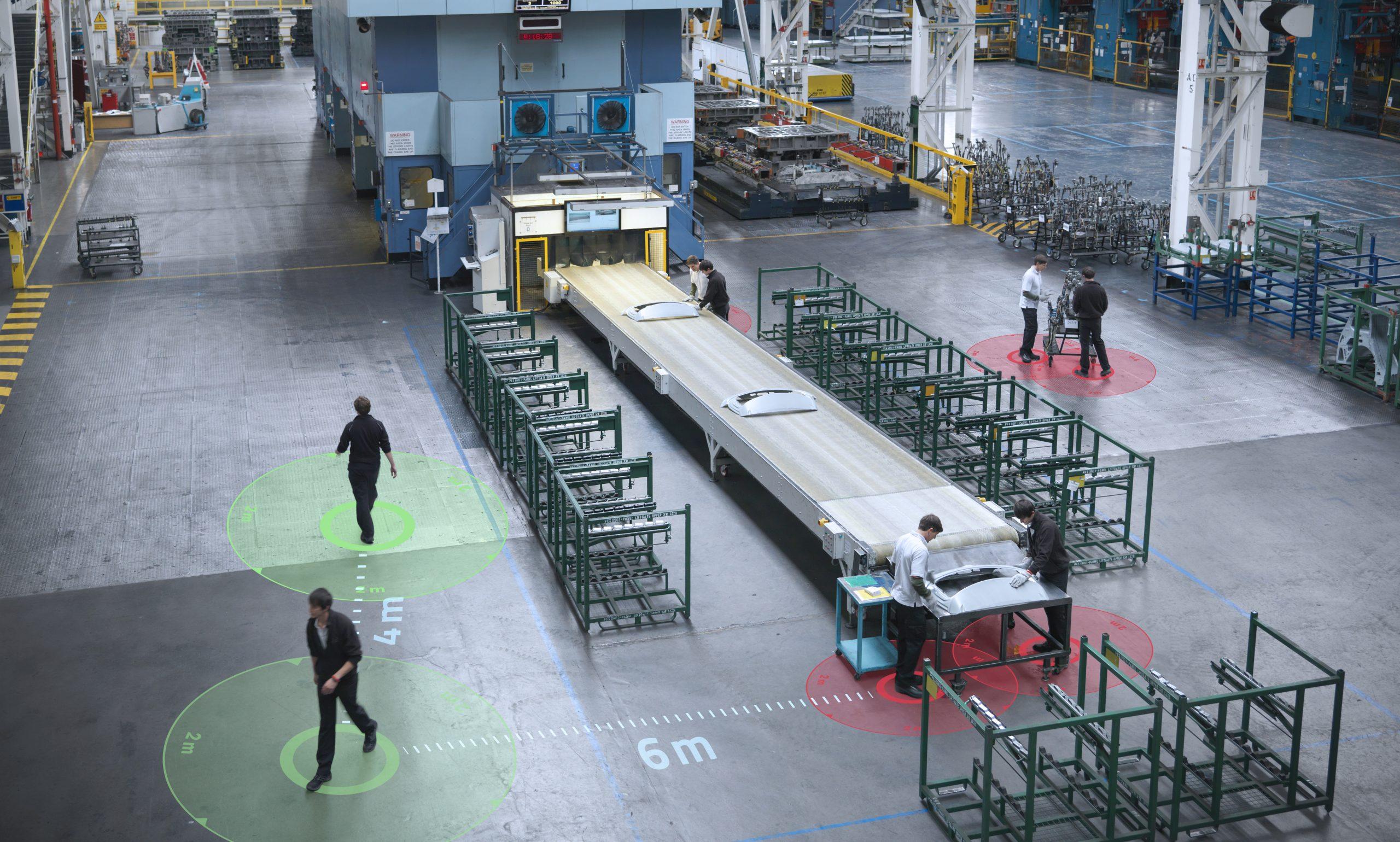 Die SafeZone-Lösung misst den Abstand zwischen den Mitarbeitern und warnt, wenn sie sich zu nahekommen. (Bild: ©Monty Rakusen/gettyimeges.de / Kinexon)