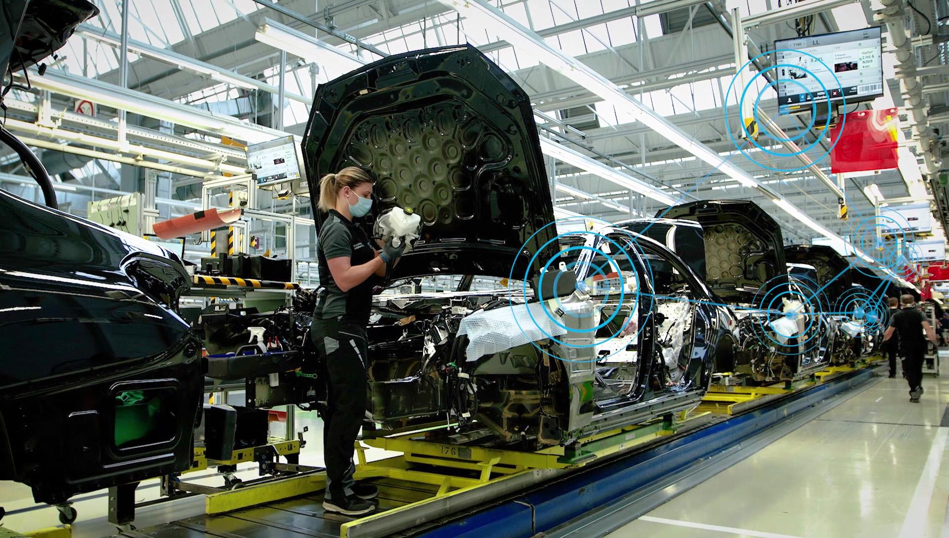 Digitales Mercedes-Benz Produktions-Ökosystem MO360: Qualitätsprüfung in der Linie (Bild: Daimler AG)