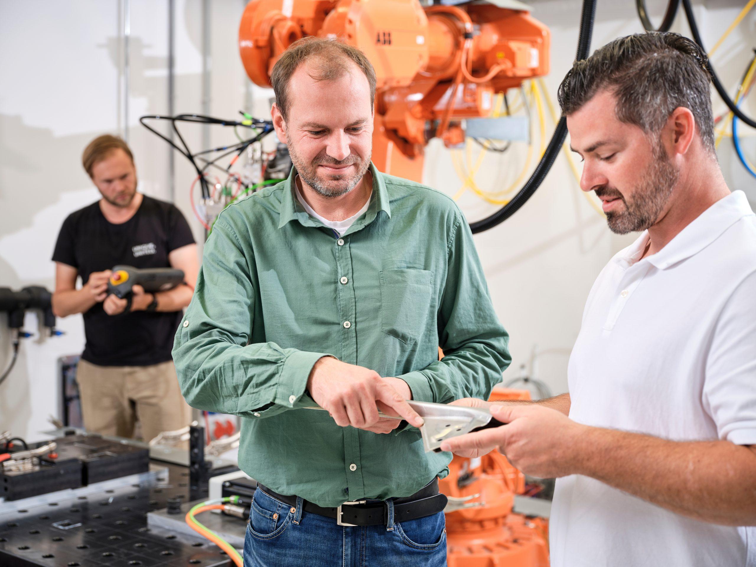 Scansonic-Geschäftsführer Florian Albert (Mitte) und ERP-Fachbereichsleiter Sebastian Braband (rechts) (Bild: Cosmo Consult)