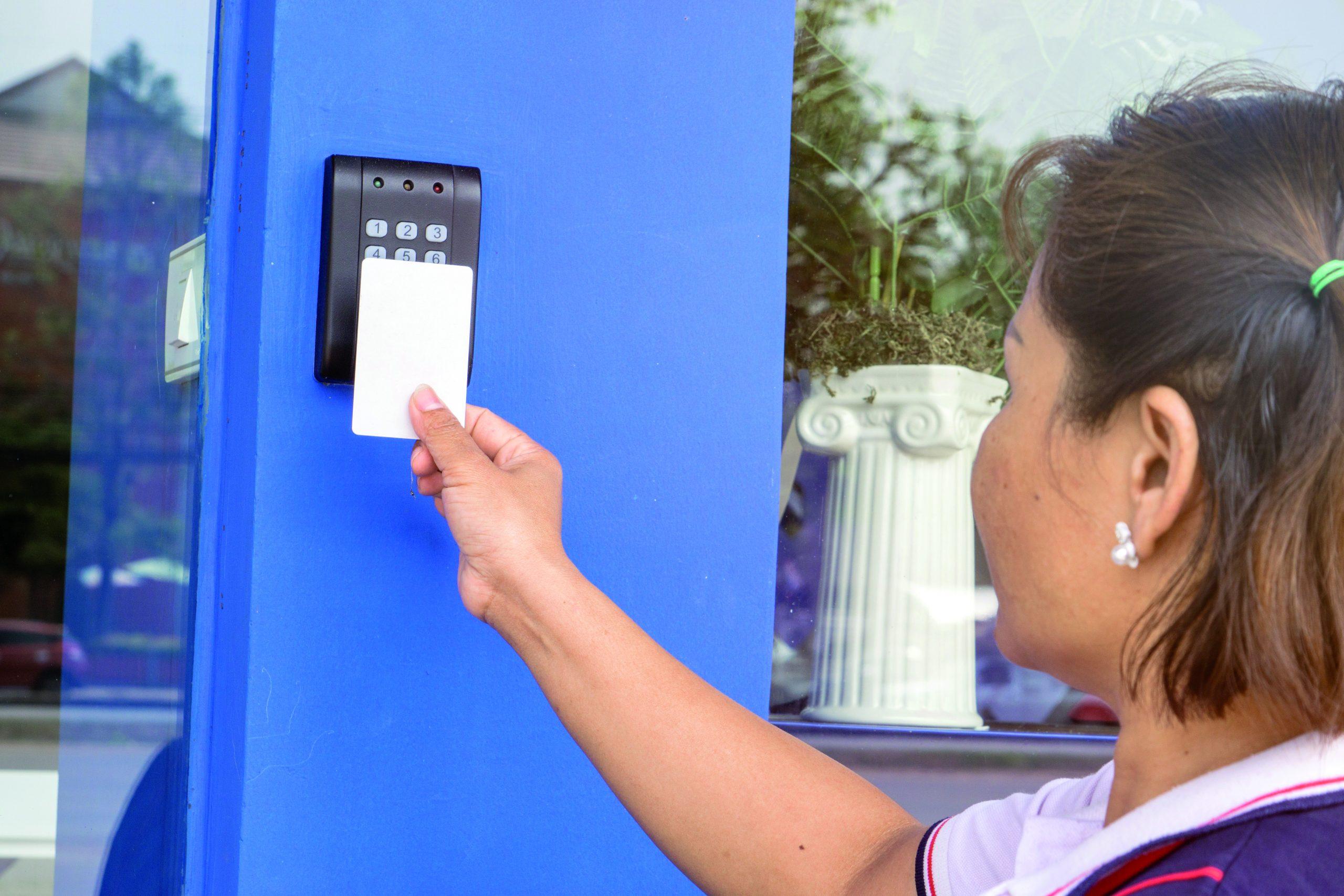 Zutrittskontrollsysteme lassen sich für quasi jede Sicherheitsstufe so einrichten, dass sie Benutzer kontaktlos passieren können. (Bild: ©arthid /stock.adobe.com)