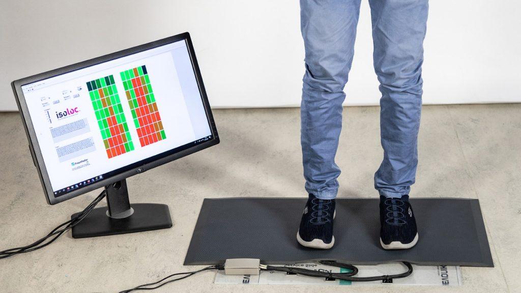 Jedes der farbigen Felder auf dem schirm steht für einen bestimmten Sensor in der Matte. Echtzeitnah wird angezeigt, wie stark welche Bereiche der Füße gerade belastet werden. Rot steht für hohen, gelb für mittleren und grün für geringen Druck. (Bild: © Fraunhofer IPA/Foto: Rainer Bez)