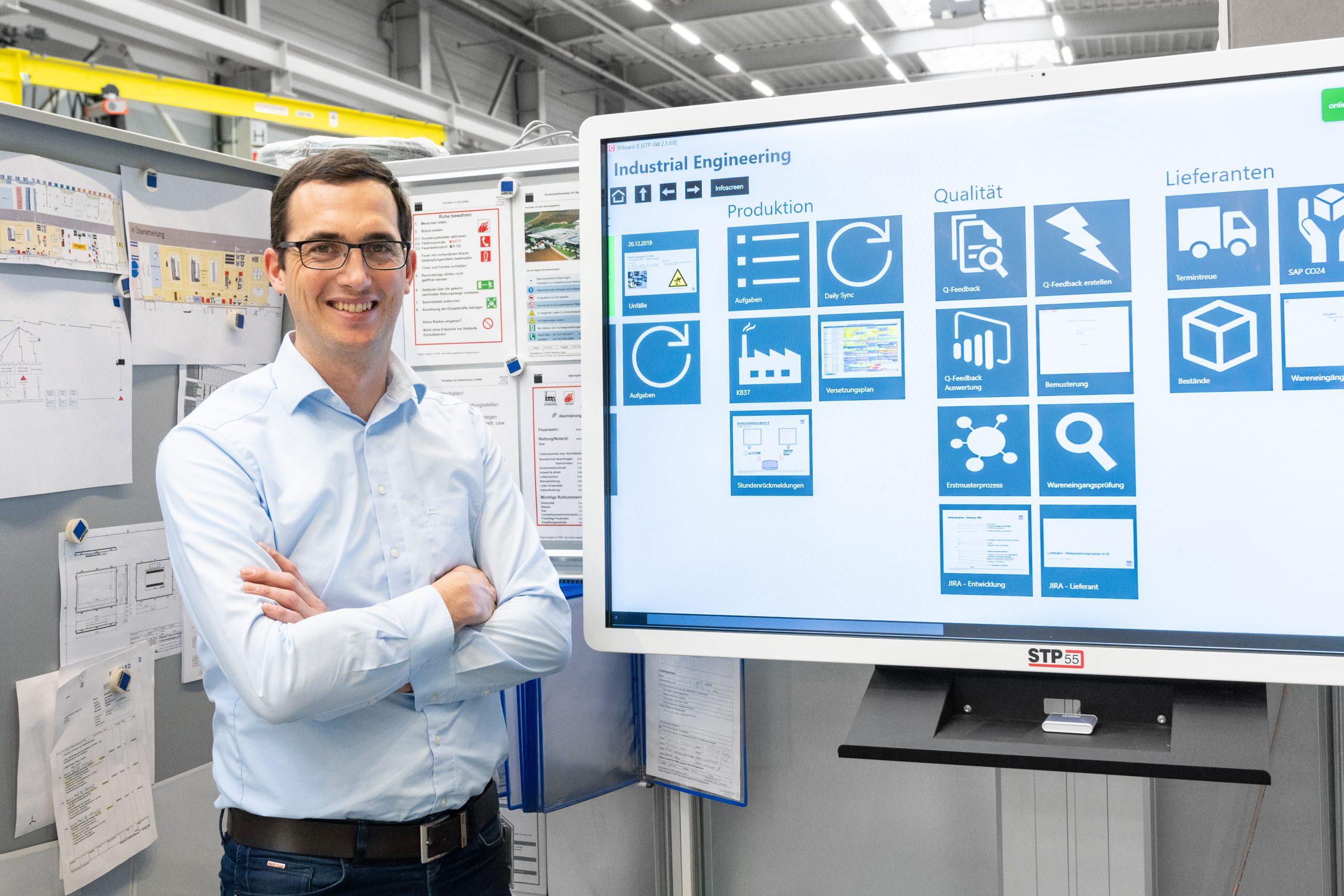 Wolfgang Aigner, Leitung Industrial Engineering bei Trumpf Maschinen Austria, beim Shopfloor-Meeting mit der STP-Software. (Bild: Stiwa Holding GmbH)