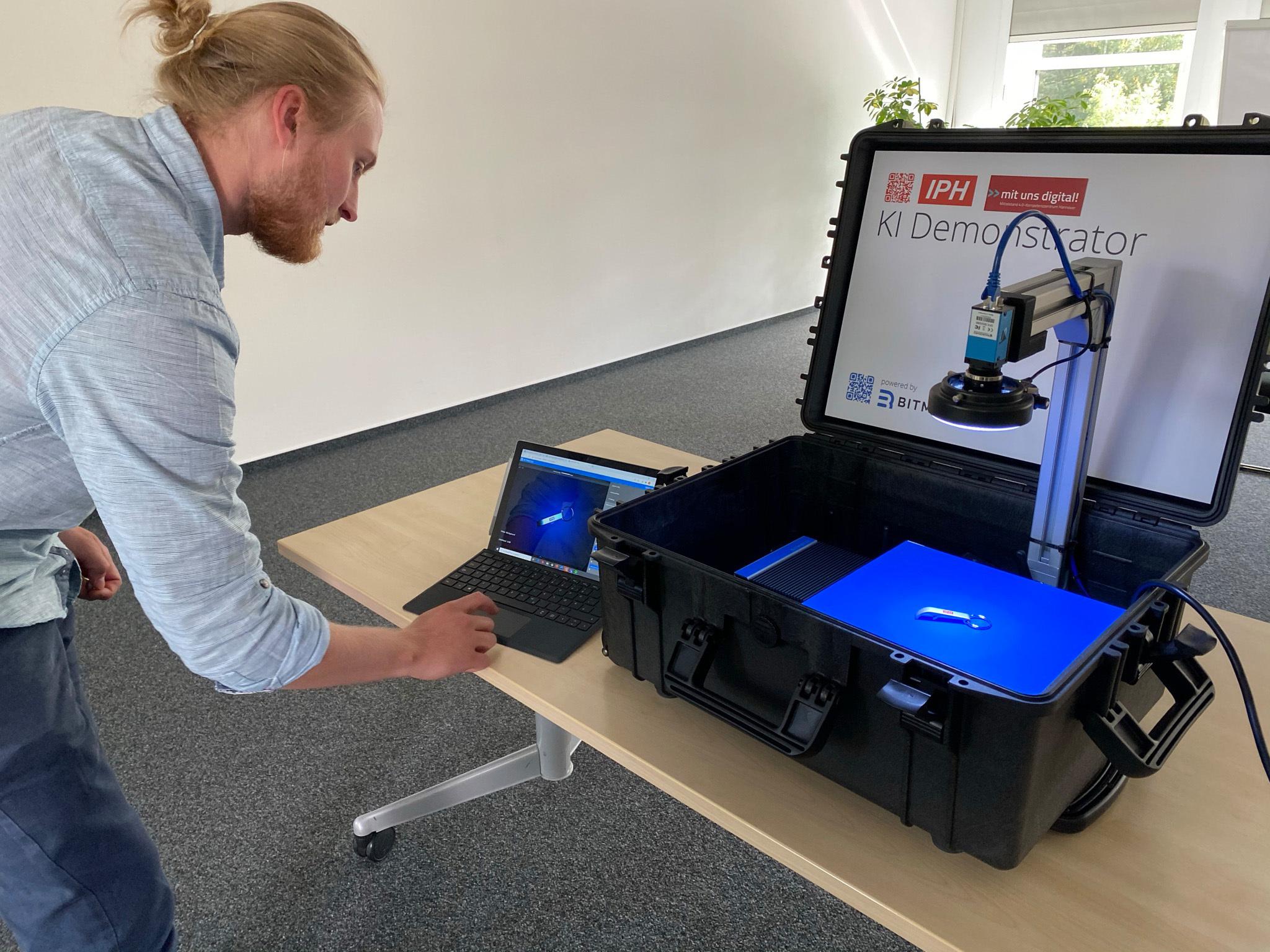 BitmotecoSystem mit integrierter KI-Vision-Anwendung und einer 3,1MP-Farbkamera als mobile Inspektionslösung. (Bild: Institut für Integrierte Produktion Hannover (IPH) gGmbH)