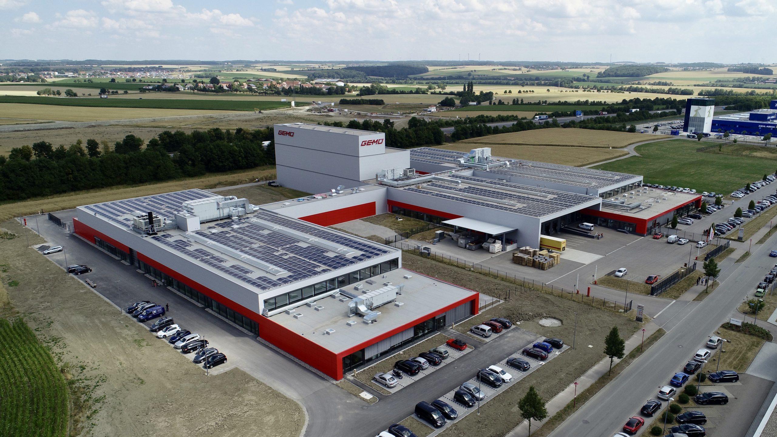 Im Jahr 1964 von Fritz Müller als unabhängiges Familienunternehmen gegründet, zählen zur inhabergeführten Unternehmensgruppe GEMÜ mit Hauptsitz in Ingelfingen-Criesbach heute 27 Tochter- und sechs Produktionsgesellschaften. In mehr als 50 Ländern erwirtschaften über 1.900 Mitarbeiter, davon 1.100 in Deutschland, einen Jahresumsatz von über 330 Mio. Euro. Im Bild ist das Produktions- und Logistikzentrum Europa zu sehen. Der Standort in Kupferzell bietet Platz für Montage, Logistik und Distribution. (Bild: GEMÜ Gruppe)