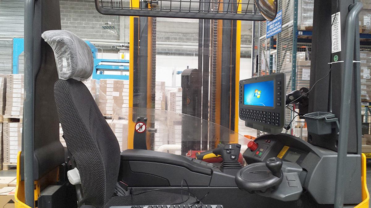 Für den harten Industriealltag: Die robusten Vehicle Mounted Computer FM08 und FM10 sind speziell für den Einsatz im rauen Umfeld von Logistikzentren konstruiert und lassen sich nahtlos in z.B. Gabelstapler integrieren. (Bild: TL Electronic GmbH)
