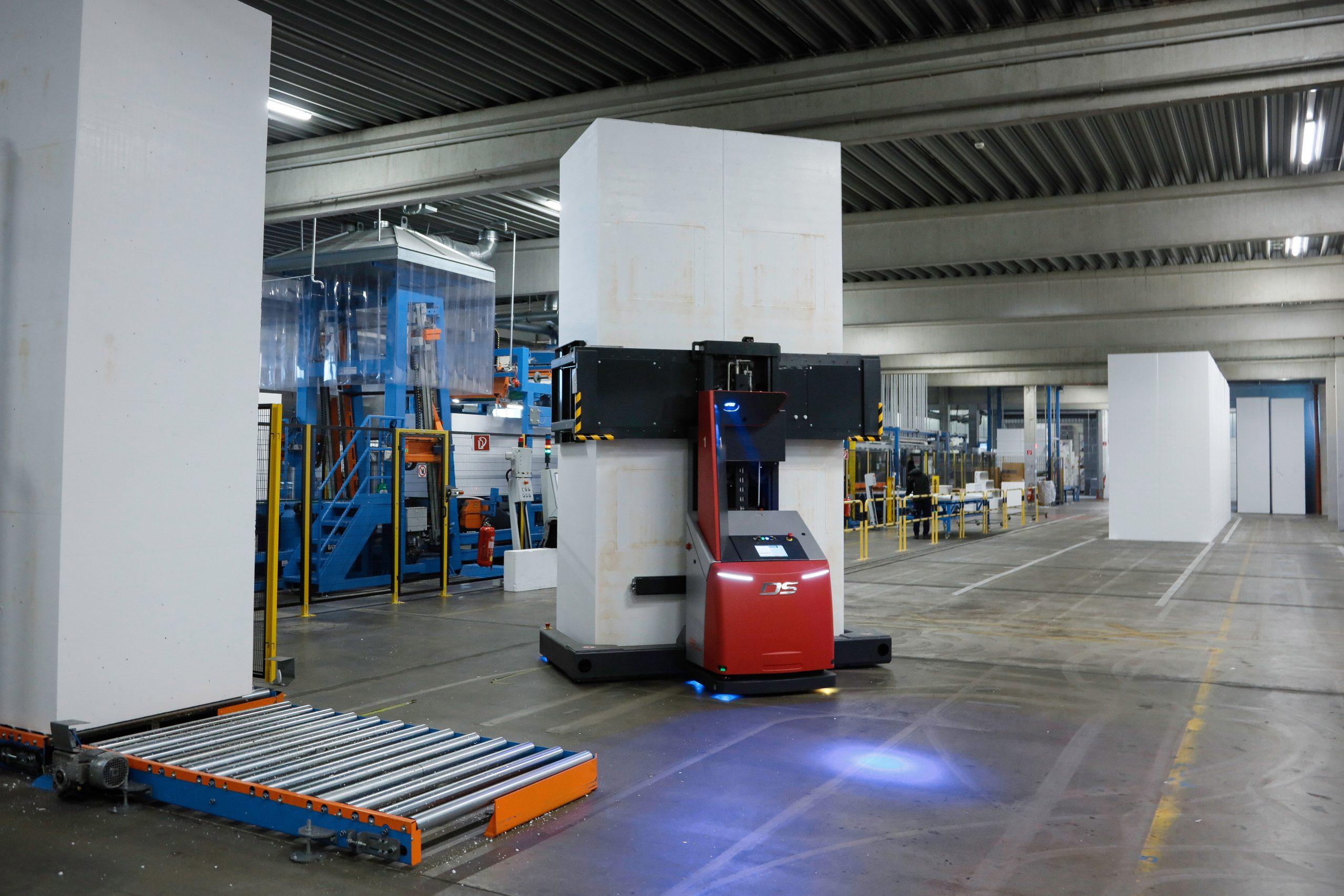 Im Austrotherm-Produktionswerk Pinkafeld transportiert ein fahrerloses Transportsystem von DS Automotion rund um die Uhr Polystyrol-Hartschaum-Blöcke mit 4080mm Höhe, 1040mm Länge und max. 1.290mm Breite. (Austrotherm GmbH)