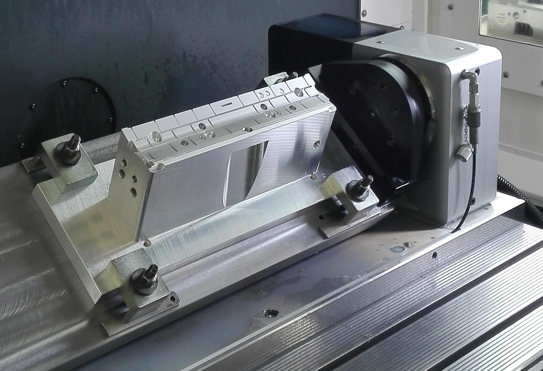 Gefräster Presskaschierstempel für eine Automobilinnenverkleidung (Bild: Schott Systeme GmbH)