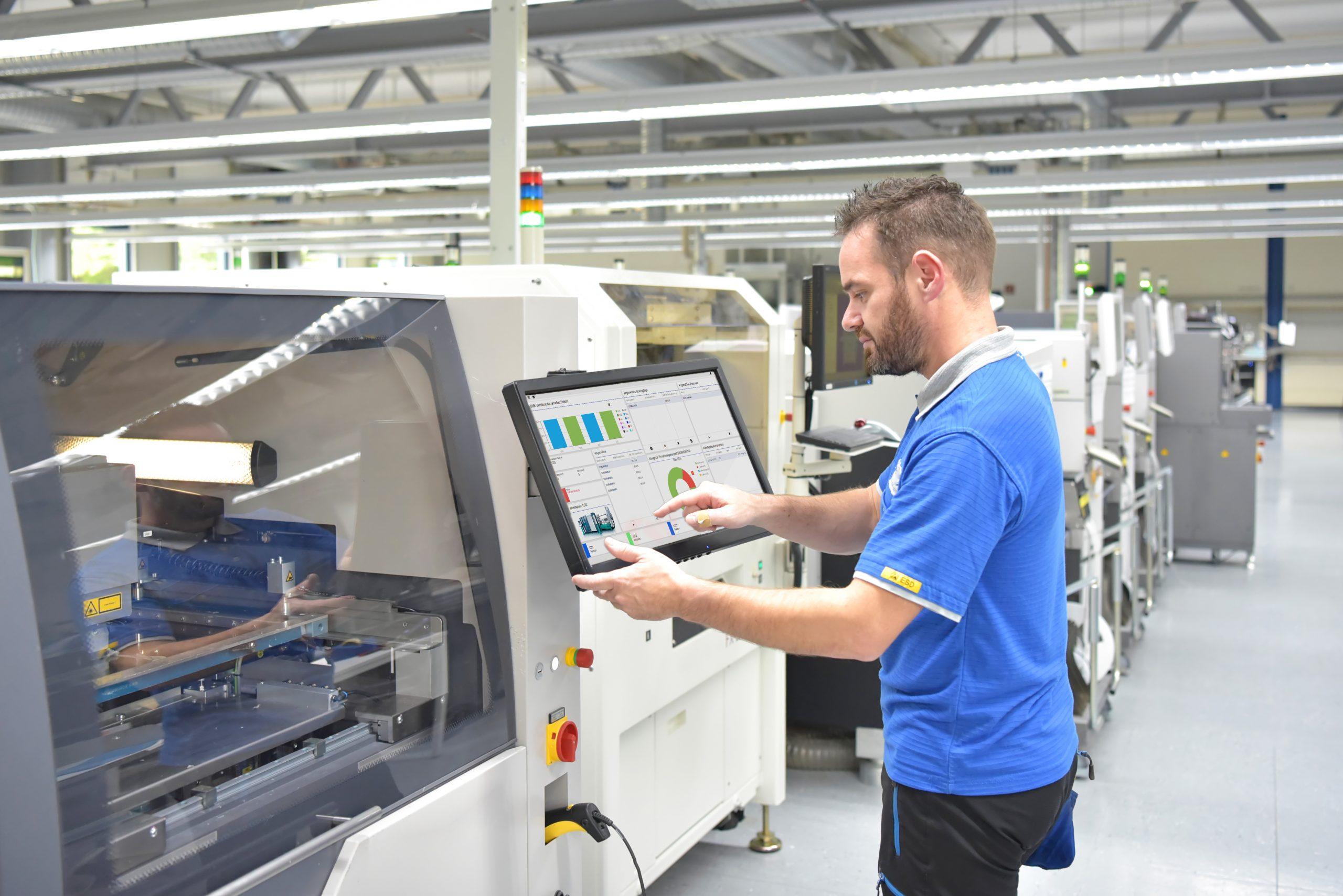 Hydra X im Shopfloor: Ergonomische Gestaltung der Anwendungen sollen für die Akzeptanz der Lösung sorgen. (Bild: ©industrieblick/stock.adobe.com / MPDV Mikrolab GmbH)