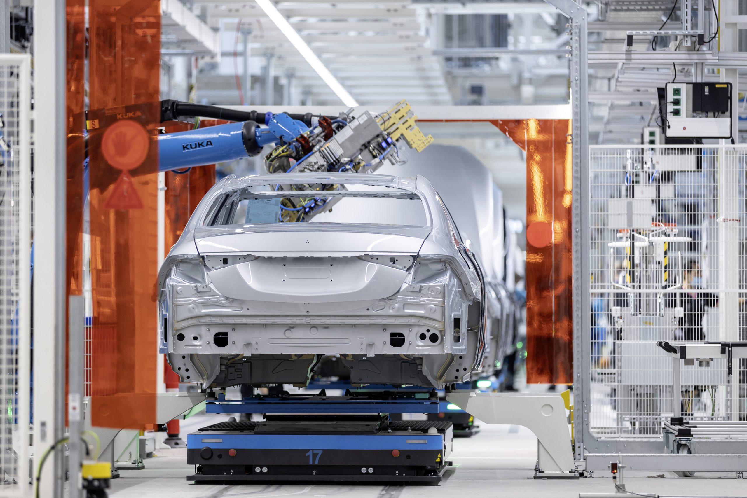 Eine PKW-Karosse wird auf einem Vision E - FTF von DPM in eine Roboterzelle eingefahren (Bild: Mercedes-Benz AG)