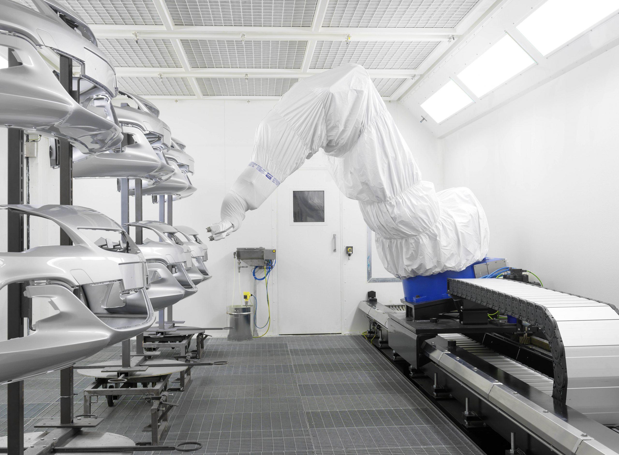 KSK bietet unterschiedliche Lackierverfahren an - von Hand bis automatisch, von Einzelanfertigung bis Großserie. (links) (Bild: KSK Industrielackierungen)
