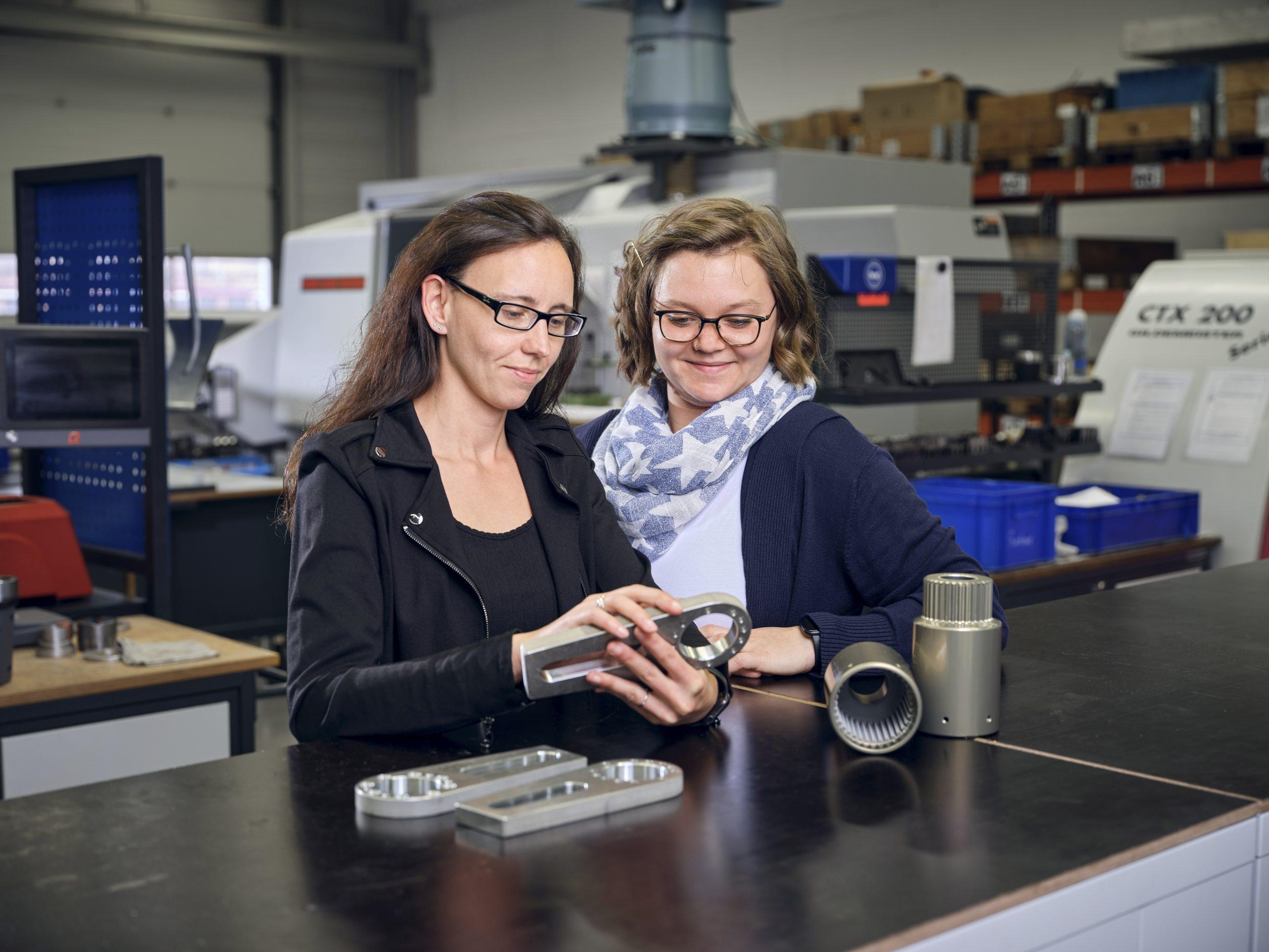 Das Hochmoment-Portfolio von Gedore Torque reicht bis 54.000 Newtonmeter. Rechts im Bild ist Annabell Vorwerk, verantwortlich für Arbeitsvorbereitung und Lager. (Bild: Industrial Application Software GmbH)